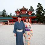 Couple de mariés devant Heian Shrine - Japon