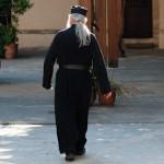 Sombre pretre orthodoxe  au monastere Gonias - Kolimbari - Crete