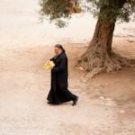 Pretre aux bouteilles d'huile d'olive - Monastere d' Arkadiou -