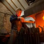 Iron man attise le foyer de la forge -England