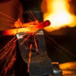 Effusion de metal sous l'impact  du marteau - England
