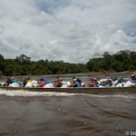 Pirogue de bresiliens remontant le fleuve Oyapock - Guyane