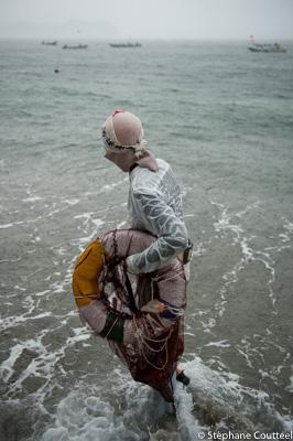 Ama prete a plonger lors du Shirongo matsuri - Sugashima - Japon