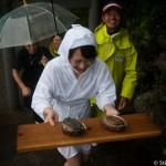 Ama laureate apportant ses deux awabi male et femelle - Shirongo