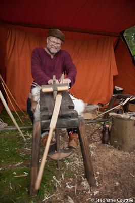 Tore façonne un arc Longbow  - Festival viking - Avaldsnes Karm