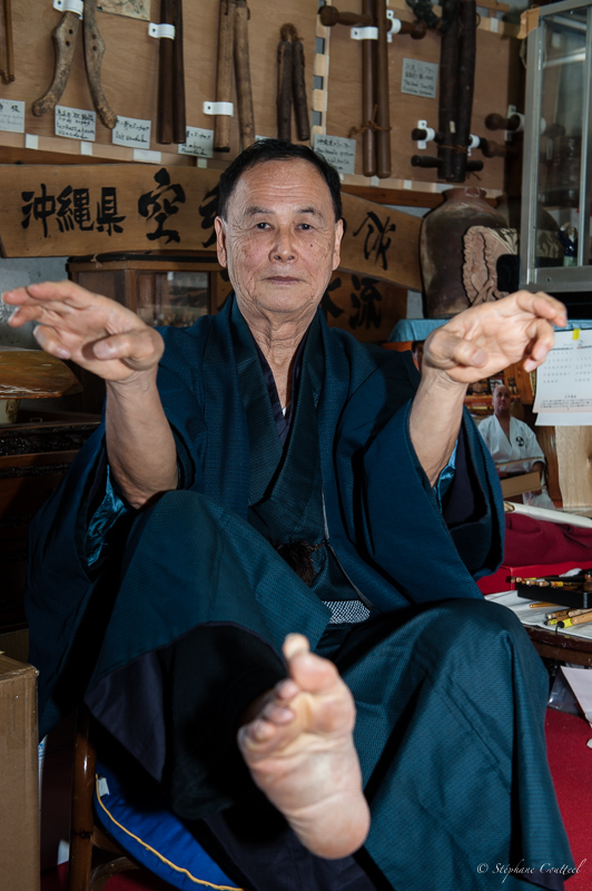 Tetsuhiro Hokama - Le kata assis dans son musee a Uehara