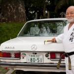 Masahiro Nakamoto prend le volant de sa mercedes 280 E - Okinawa
